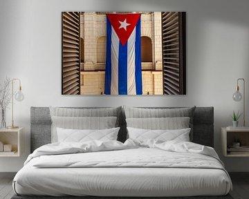 Eine große kubanische Flagge hängt im Innenhof des Revolutionsmuseums in Havanna, Kuba von WorldWidePhotoWeb