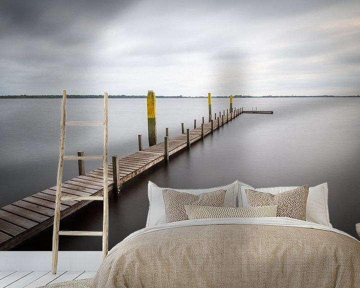 Sfeerimpressie behang: Lange steiger in het meer van Mark Bolijn