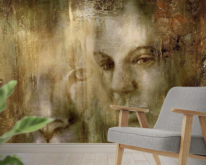 Sfeerimpressie behang: Samen: Een vrouw en een leeuw in het gouden licht van Annette Schmucker