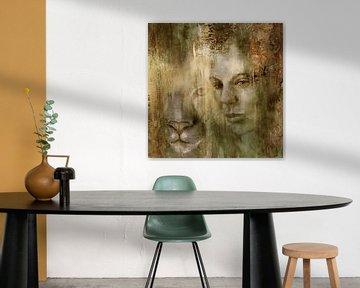Gemeinsam: Eine Frau und ein Löwe im goldenen Licht von Annette Schmucker