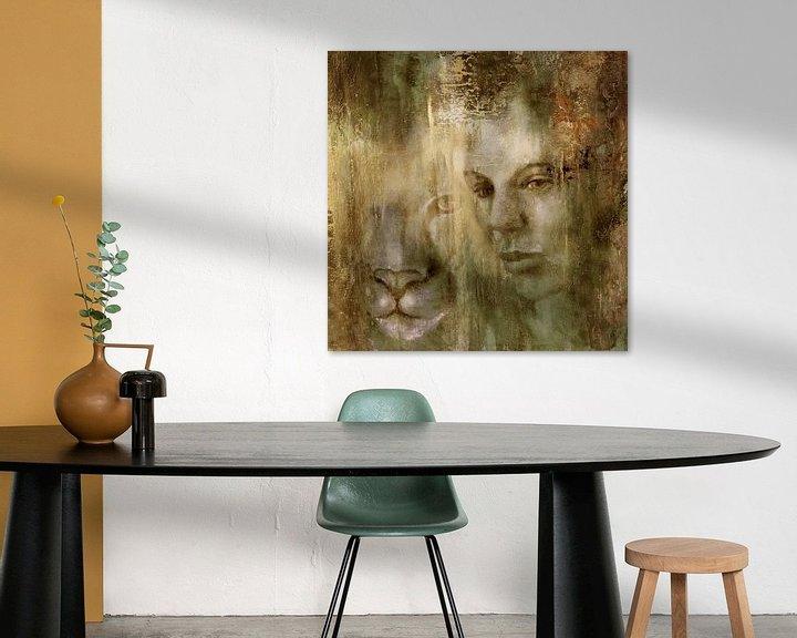 Sfeerimpressie: Samen: Een vrouw en een leeuw in het gouden licht van Annette Schmucker