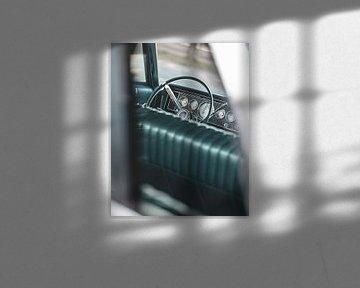 Doorkijk naar stuur van oude Amerikaanse auto van Pim Haring