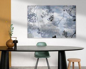 Reflectie van bomen in water van Annet van Esch