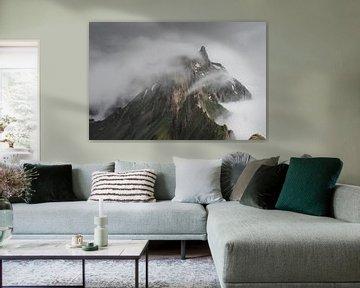 Wolkenveld dat over de bergen kruipt in de Zwitserse Alpen van Felix Van Lantschoot