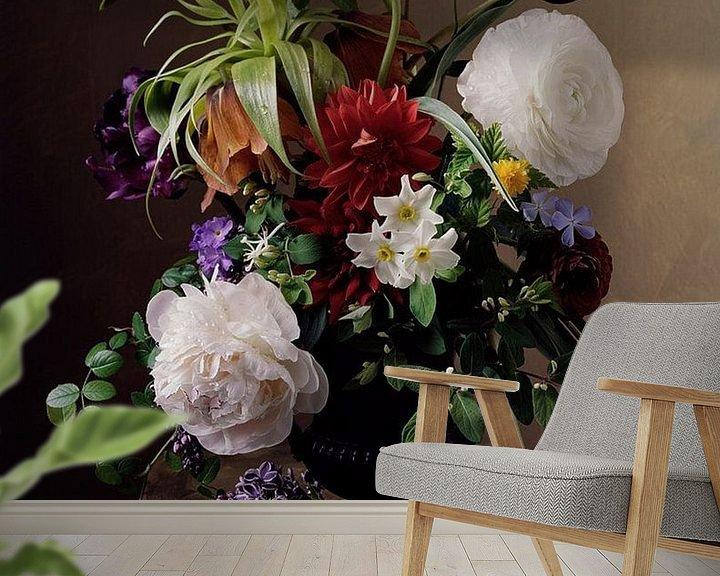 Sfeerimpressie behang: Schilderij van Vaas met Bloemen. van Brian Morgan