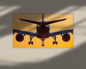 L'avion atterrit avec le lever du soleil sur Dennis Dieleman