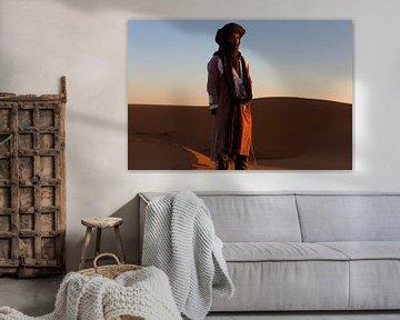 Sahara man in Merzouga woestijn Morocco zonsopkomst van Wendy Bos