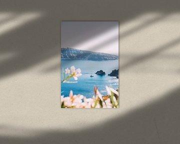 Zeilboot aan Santorini van Patrycja Polechonska