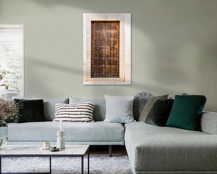 Sfeerimpressie: Oude rustieke bruine houten voordeur huisingang van Alex Winter