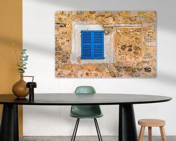 Vieux volets bleus méditerranéens et mur de pierre en arrière-plan avec espace pour copie sur Alex Winter