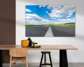 Route asphaltée avec lignes de démarcation blanches, beau paysage et ciel bleu nuageux ensoleillé sur Alex Winter