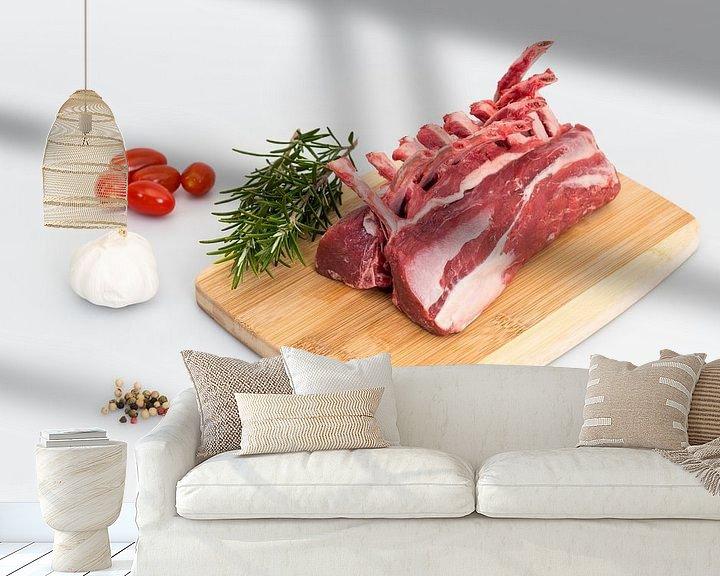 Sfeerimpressie behang: Lamsrack met paar ingrediënten zoals knoflook, rozemarijn , peperkorrels en tomaatjes van Wim Stolwerk