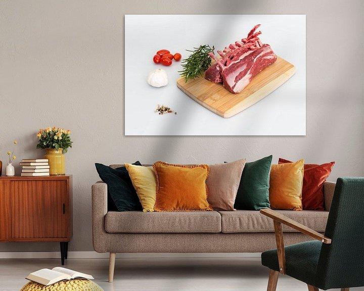 Sfeerimpressie: Lamsrack met paar ingrediënten zoals knoflook, rozemarijn , peperkorrels en tomaatjes van Wim Stolwerk