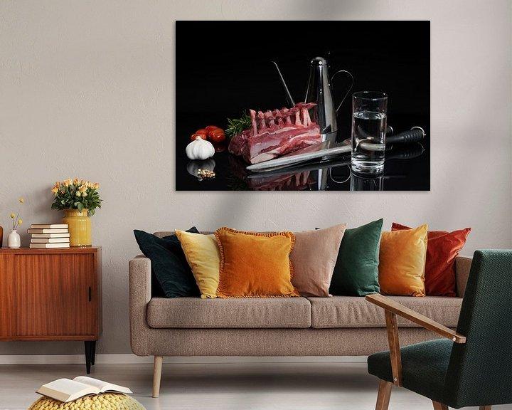 Sfeerimpressie: Lamsrack met allerlei ingrediënten op zwarte achtergrond van Wim Stolwerk