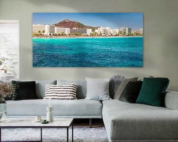 Het eiland Mallorca, strand aan zee van de toeristische stad Cala Millor, Spanje Middellandse Zee van Alex Winter