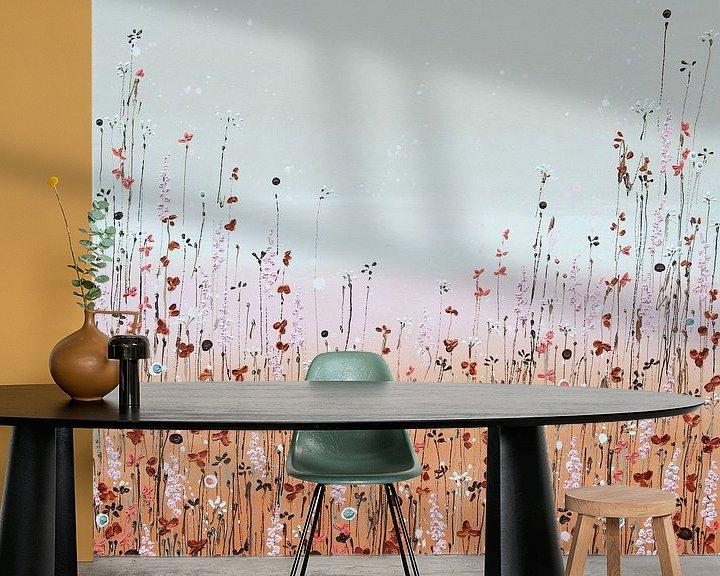 Sfeerimpressie behang: Bloemenveld schilderij, aards elegant van Bianca ter Riet