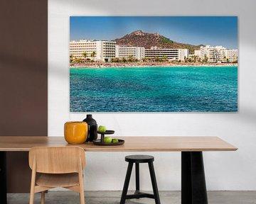 Strand van Cala Millor, toeristische badplaats aan de kust op het eiland Mallorca, Spanje van Alex Winter