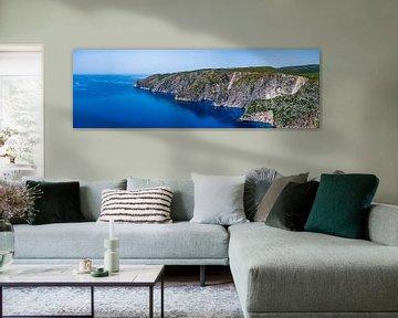 Ruige kustlijn en staalblauwe zee, Zakynthos van Frank Kuschmierz