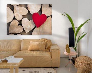 Romantische Valentijnsdagachtergrond met houten liefdesharten van Alex Winter