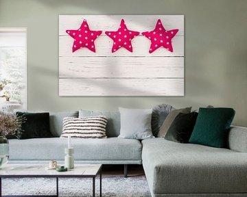 Décoration d'étoiles roses sur fond blanc en bois avec espace de copie sur Alex Winter