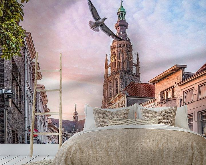 Sfeerimpressie behang: Vrije vogel Vismarktstraat & Grote Kerk te Breda van Joris Bax