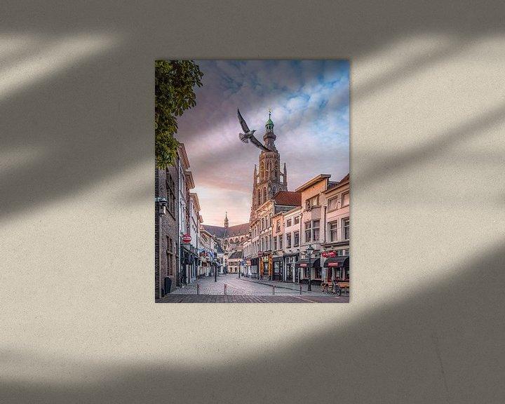 Sfeerimpressie: Vrije vogel Vismarktstraat & Grote Kerk te Breda van Joris Bax
