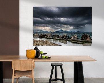 donkere wolken boven het Gardameer van de buurtfotograaf Leontien