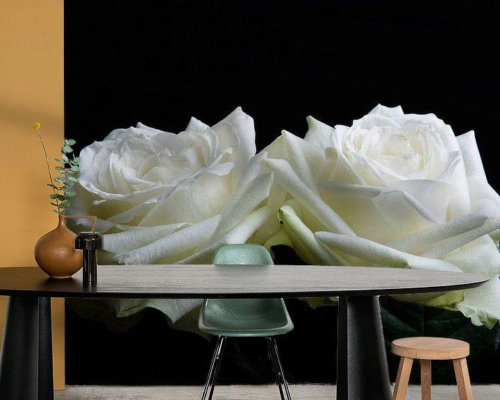 Sfeerimpressie behang: twee witte rozen van Arjen Schippers
