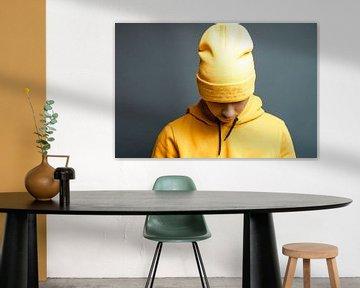 stijlvolle tiener met gele capuchon laat zijn hoofd zakken van Besa Art