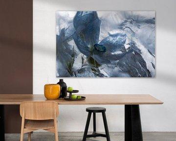 Blauwe zijdebloem in ijs 4 van Marc Heiligenstein