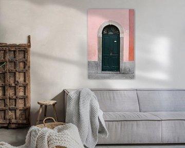 Grüne Tür in Iseo   Italien   Rosa   Farbenfrohe Reisefotografie von Mirjam Broekhof