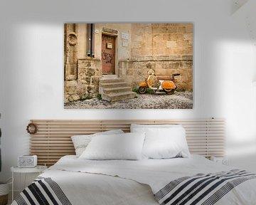 Vespa in de straten van Alghero, Italië van Sven Wildschut
