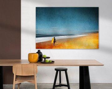 Abstract strandtafereel met surfer van Dirk Wüstenhagen