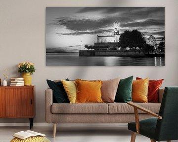 Zonsondergang bij kasteel Montfort in zwart-wit