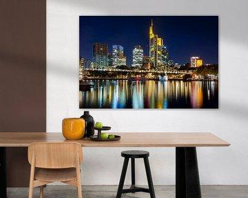 Frankfurt am Main skyline bij nacht van ManfredFotos