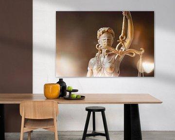Close-up van een Justitia als symbolisch beeld voor recht, gerechtigheid, enz. van Udo Herrmann