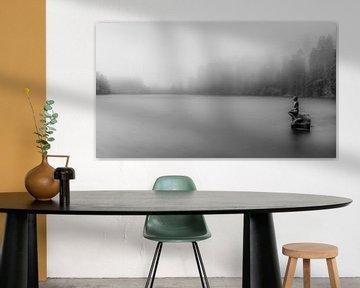 Beeld van zeemeermin in een mistig meer van Jan Hermsen
