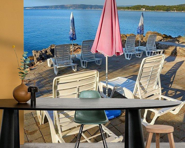Sfeerimpressie behang: Parasols en ligstoelen op het strand van Krk in het Kroatisch van Heiko Kueverling