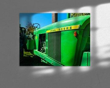 Tracteur John Deere vert sur un champ cultivé sur MPfoto71