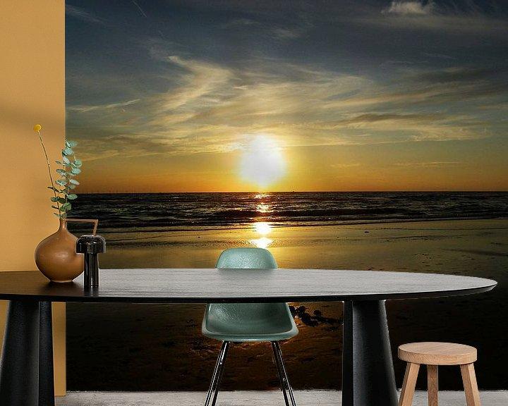 Sfeerimpressie behang: zonsondergang bergen aan zee van Jessica Berendsen