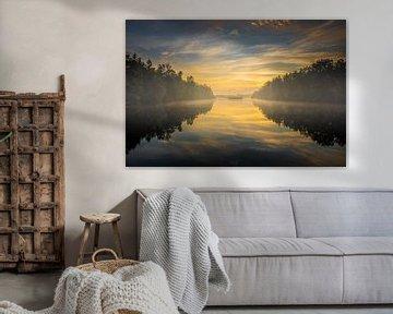 Zonsopgang bij een mistig meer van Jan Hermsen