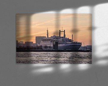 Zonsopkomst boven de SS Rotterdam van Frans Blok