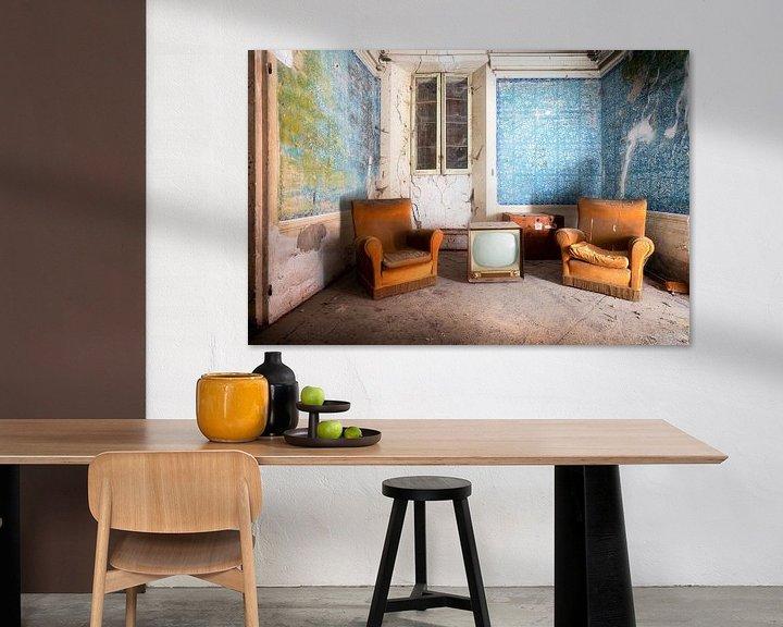 Sfeerimpressie: Stoffige Meubels in Verlaten Huis. van Roman Robroek