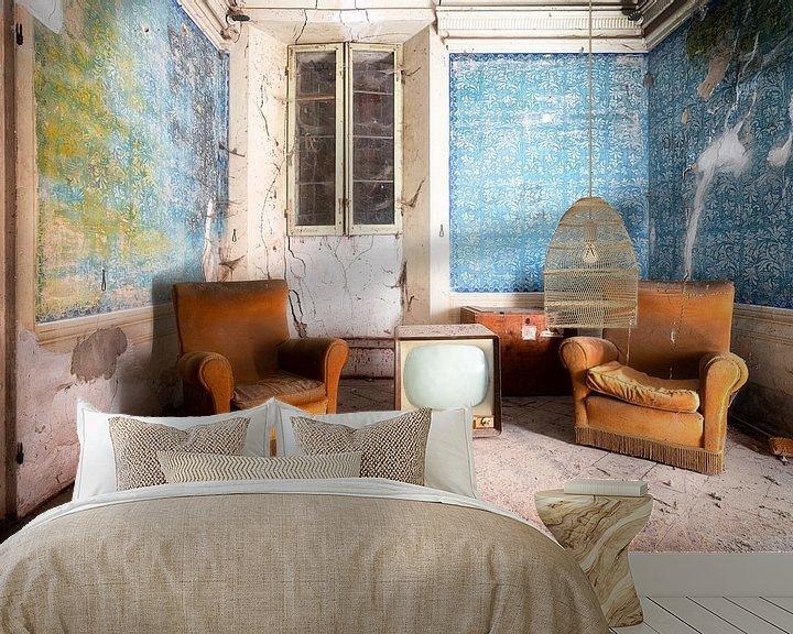 Sfeerimpressie behang: Stoffige Meubels in Verlaten Huis. van Roman Robroek
