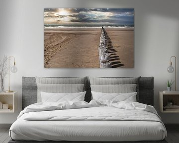 Het strand de zee en de houten palen in Cadzand-bad van JM de Jong-Jansen