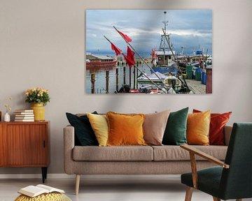 Rode vlaggen en vissersboten aan de kade in de haven van Sassnitz op het eiland Rugen in de Oostzee  van Maren Winter