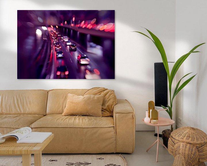 Impression: evening traffic light in rain city  sur Ariadna de Raadt-Goldberg