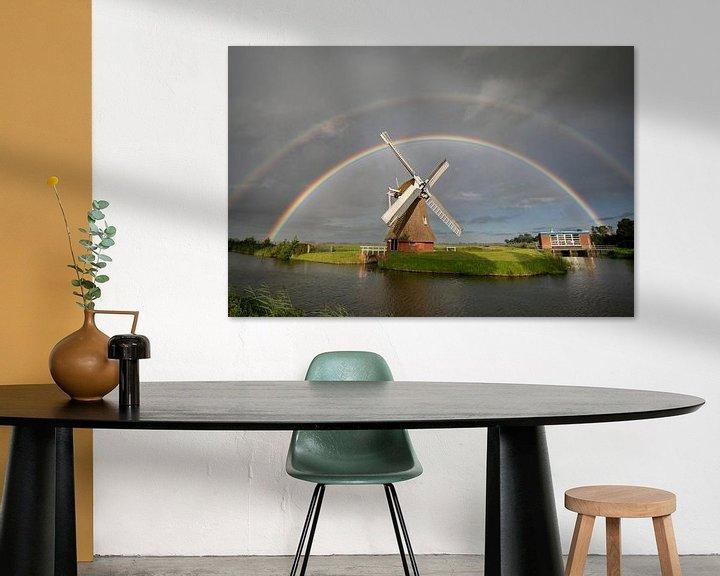 Sfeerimpressie: grote dubbele regenboog boven Nederlandse windmolen in zomerregen van Olha Rohulya
