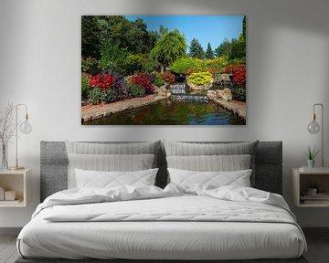 schöner Garten mit fünf Wasserfällen und blühenden Pflanzen