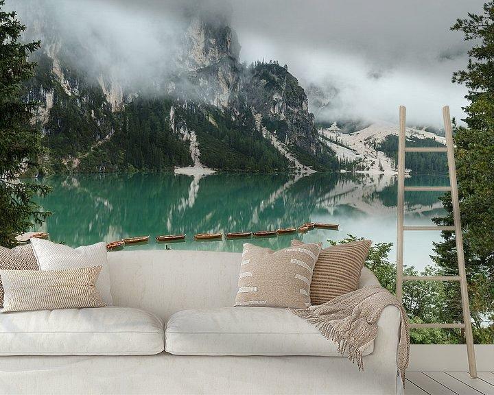 Sfeerimpressie behang: Lago di Braies in de Dolomieten. van Menno Schaefer
